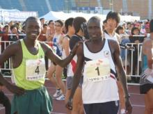 Charles Kibiwott (right) at the 2007 Dong-A Marathon.